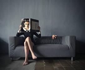 Фото Креатив Ноги Сидящие Диван Журнал Девушки