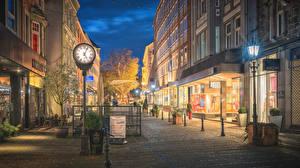 Фотографии Германия Дома Вечер Часы Улица Уличные фонари Kiel город
