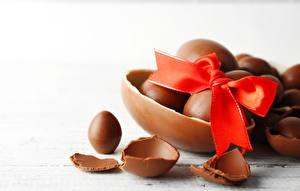 Фотографии Праздники Пасха Шоколад Белый фон Яйца Бантик