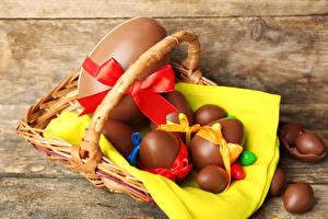 Фото Праздники Пасха Шоколад Доски Яйца Корзина Бантик