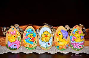 Картинки Праздники Пасха Печенье Черный фон Яйца Дизайн