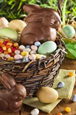 Картинки Праздники Пасха Кролики Шоколад Конфеты Яйца Корзинка Еда