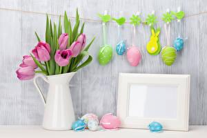 Фото Праздники Пасха Тюльпаны Птицы Кролики Доски Яйца Кувшин Шаблон поздравительной открытки Прищепки Цветы