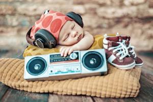 Фотографии Младенца Спят В наушниках Ботинки Дети