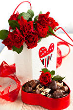 Картинка Розы Конфеты Шоколад Красный Коробка Сердечко Цветы