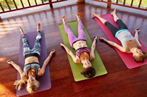 Обои Трое 3 Йога Спящий Отдых Девушки Спорт