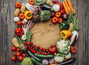 Обои для рабочего стола Овощи Перец овощной Помидоры Лук репчатый Картошка Разделочная доска Еда