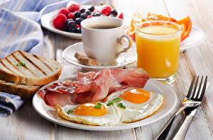 Фото Хлеб Сок Кофе Ветчина Завтрак Яичница Тарелка Вилка столовая Стакан Чашка