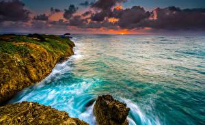 Картинка Берег Рассветы и закаты Волны Океан США Гавайи Облака Утес Природа