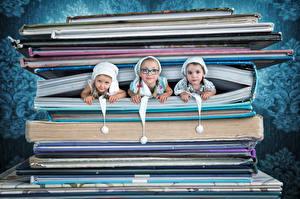 Картинка Оригинальные Девочки Втроем Очки Книга Смотрит Ребёнок