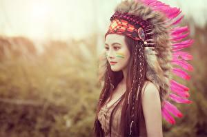 Фотографии Перья Индейский головной убор Индейцы Модель Шатенка Красивые Девушки