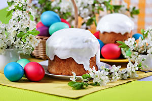 Фото Праздники Пасха Выпечка Кулич Сахарная глазурь Яйца Еда