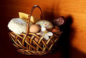 Фото Праздники Пасха Сыры Колбаса Кулич Нарциссы Яйца Корзина Продукты питания