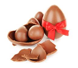 Фото Праздники Пасха Шоколад Белый фон Яйца Бантик Пища
