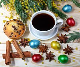 Фото Праздники Пасха Кофе Корица Бадьян звезда аниса Маффин Яйца Чашка Еда