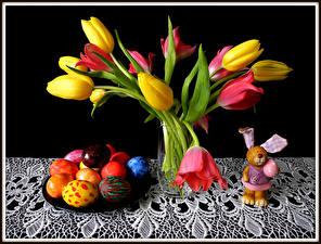 Картинка Праздники Пасха Тюльпан Кролики Черный фон Яиц Вазе Цветы