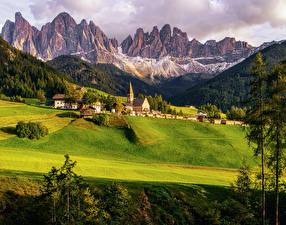 Обои Италия Горы Здания Поля Леса Пейзаж Луга Santa Maddalena