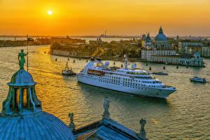 Фото Италия Рассветы и закаты Корабли Дома Вечер Круизный лайнер Венеция Залив Города
