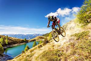 Картинка Мужчины Озеро Горы Велосипед Униформа Спорт