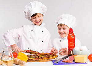Картинка Пицца Сыры Колбаса Мальчики Двое Повар Улыбка Дети