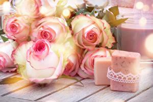 Фотография Розы Свечи Вблизи Доски Цветы