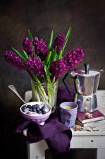 Картинки Натюрморт Гиацинты Черника Чайник Кофе Бордовый Стакан Цветы