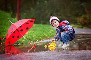 Фотографии Игрушки Мальчишки Зонтик Взгляд Лужа ребёнок