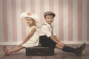 Обои Стена Мальчишка Девочки Шляпа Чемодан Два Ног Сидящие Дети