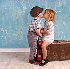 Обои Стенка Мальчишки Девочки Целует Двое Чемодан ребёнок