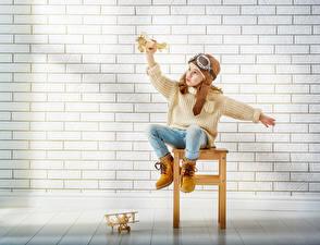 Фото Самолеты Стена Девочки Очки Свитер Ботинки Из кирпича Ребёнок
