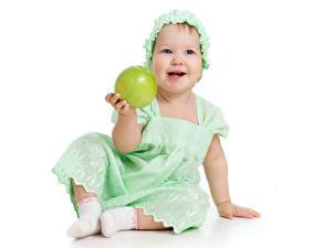 Фотография Яблоки Белый фон Девочки Улыбка Платье Сидящие Ребёнок