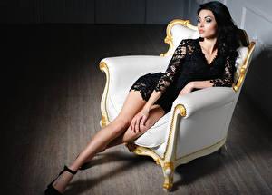 Картинки Брюнетка Платье Ноги Кресло Сидящие Девушки