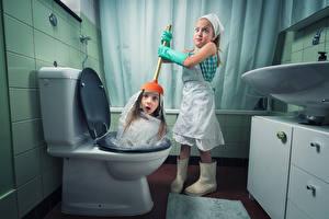 Обои для рабочего стола Креативные Ванная Девочки 2 Смотрит Удивление Туалета Смешные Дети Юмор