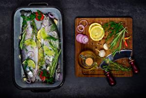 Фотография Рыба Лимоны Чеснок Укроп Специи Разделочной доске