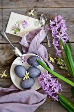 Картинка Праздники Пасха Гиацинты Доски Яйца Ложка Тарелка Цветы