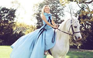 Фотография Лошади Риз Уизерспун Платья Улыбка Блондинок Harper's Bazaar Знаменитости Девушки