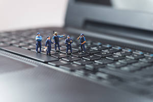 Обои Клавиатура Игрушки Макросъёмка Вблизи Ноутбуки Полицейские Компьютеры
