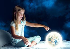 Картинка Девочки Ночные Сидящие Земля Улыбается Шатенка ребёнок