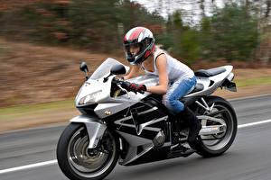 Обои Мотоциклист Шлем Движение Девушки