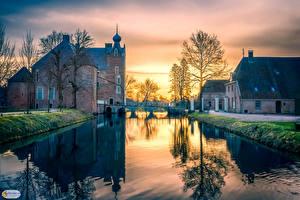 Фото Нидерланды Замки Мосты Рассветы и закаты Водный канал Деревья Отражение Cannenburgh castle Города