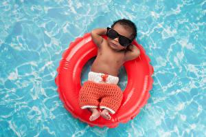 Картинка Плавательный бассейн Негр Грудной ребёнок Очки Отдыхает Ребёнок