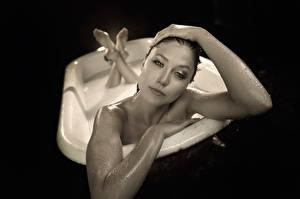 Фотографии Ванная Черный фон Руки Sidney Leeder Tj scott