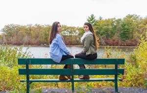 Обои Сидящие Скамья 2 Шатенка Красивые Девушки