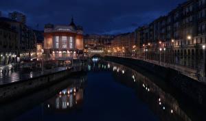 Картинка Испания Здания Реки Улица Ночные Уличные фонари Водный канал La Ribera Bilbao Города