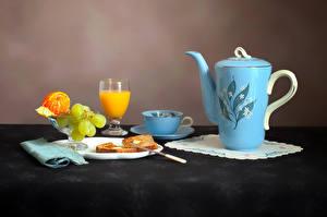 Обои Натюрморт Чайник Сок Виноград Мандарины Хлеб Чашка Бокалы Тарелка