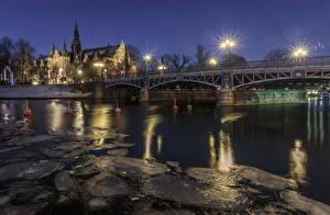Обои Стокгольм Швеция Здания Речка Мосты Ночные Уличные фонари Лед