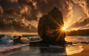 Фотографии Рассветы и закаты Берег Волны Утес Облака Лучи света Природа