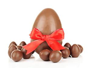 Обои Сладости Шоколад Пасха Белый фон Яйца Бантик Еда