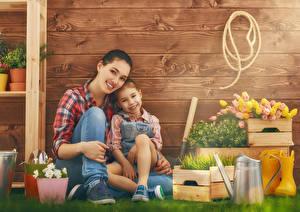 Картинки Тюльпан Мать Девочки 2 Смотрят Доски Стене Траве Улыбается ребёнок Девушки