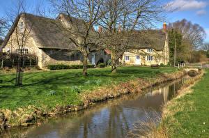 Обои Великобритания Здания Речка Деревья Village Northamptonshire